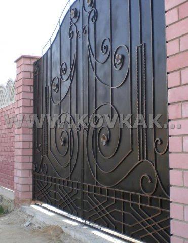 От Ковка КД закрытые кованые ворота и навес
