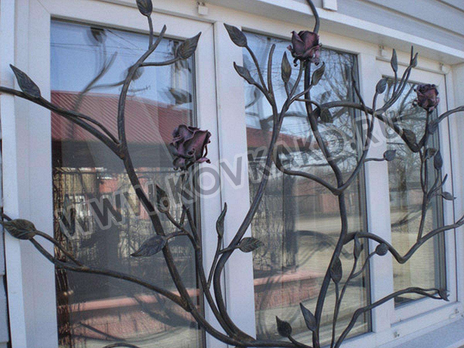 Решётка оконная в виде куста с розами, ручная ковка
