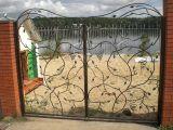 Растительные элементы в кованых воротах.