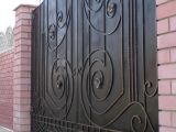 Закрытые кованые ворота и навес.